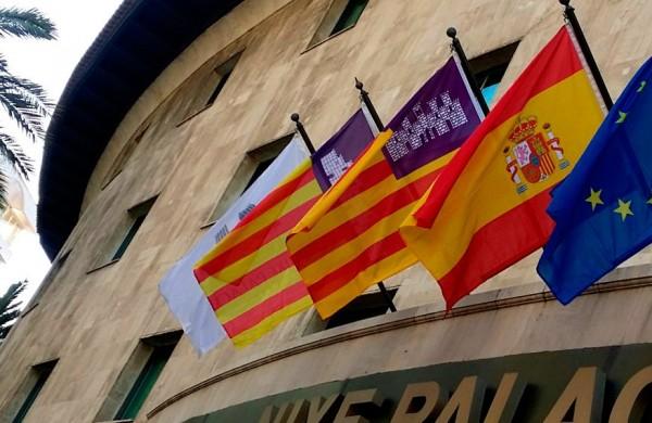 Demastils Banderas, mástiles y soportes publicitarios fachada edificio institucional mallorca-.